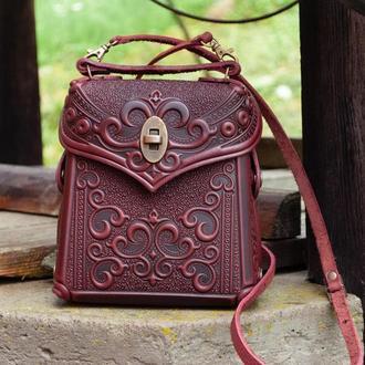 Сумка-рюкзак кожаная темно-бордовая или через плечо с орнаментом тиснение