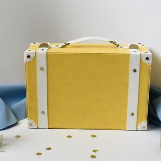 Чемоданчик  желто цвета
