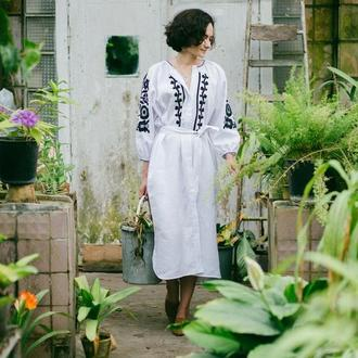Плаття біле з чорною вишивкою