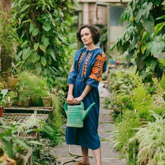 Плаття синє з помаранчевою вишивкою