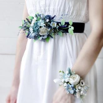 Бархатный пояс на платье с лавандой в синем цвете.
