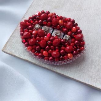 Вышитая брошь губы из бисера и хрустальных бусин, алые губки с кристаллами и серебристым бисером