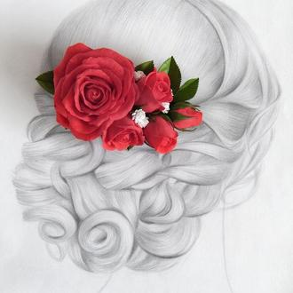 Заколка (гребень) с красными розами, гипсофилой и зелеными листьями