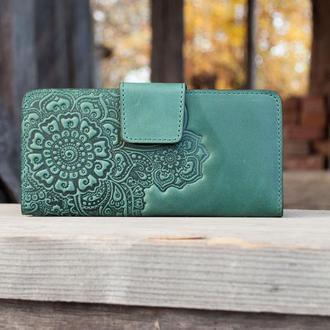 Зеленый кожаный кошелек женский длинный с орнаментом тиснение