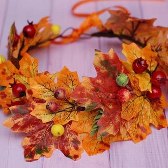Яркий осенний венок веночек из листьев, хмеля и шиповника