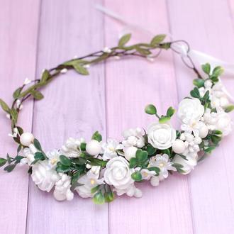 Белый асимметричный веночек с цветами и зеленью
