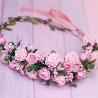 Нежный розовый асимметричный веночек с цветами и зеленью