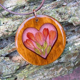 Деревянный кулон с сердцем из лепестков