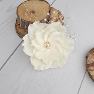 Заколка нежный молочный цветок в прическу невесты, украшение для прически айвори