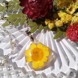 Кулон сердце с натуральным желтым цветком внутри