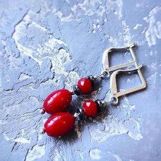 Сережки з натуральними коралами та гематитом срібні застібки серьги с красными кораллами