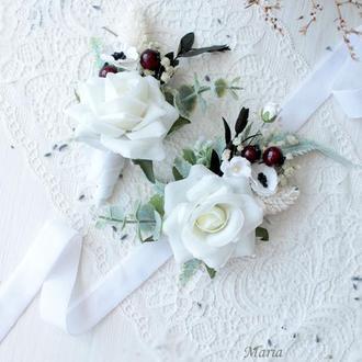 Набір весільних прикрас:бархатна бутоньерка та браслет в білому кольорі.