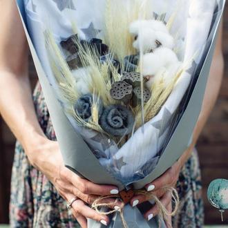 Букет из сухоцветов, носочков и пелёнки для новорождённого