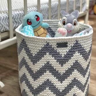 Вязаная корзина для игрушек с узором зиг-заги