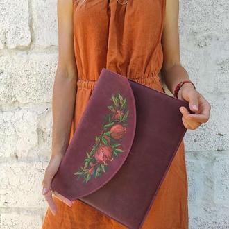 Кожаный чехол для ноутбука макбука бордовый с росписью или тиснением