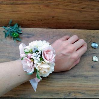 Бутоньерка на руку в кремово-пудровом цвете Цветочный браслет для подружек невесты