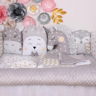 Комплект в кроватку с зверюшками и валиком в серых тонах
