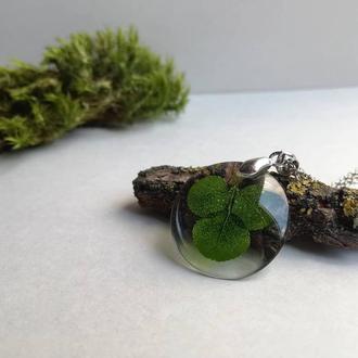Украшение из эпоксидной смолы с листиком клевера (кулон)