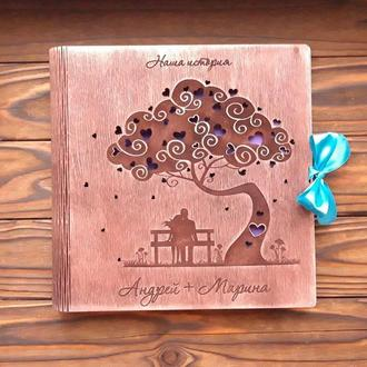 Фотоальбом из дерева с парой на лавке