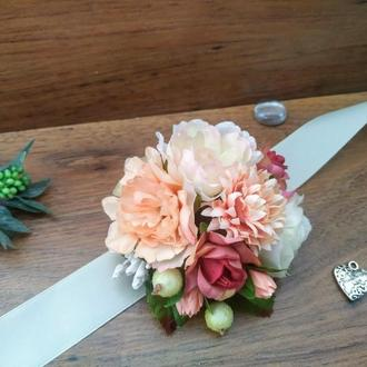 Бутоньерка на руку в персиковом цвете Бутоньерка для подружек невесты
