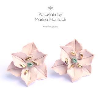 Пудровые цветочные серьги гвоздики из керамики