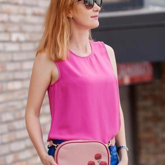 Женская пудровая кожаная сумка на пояс