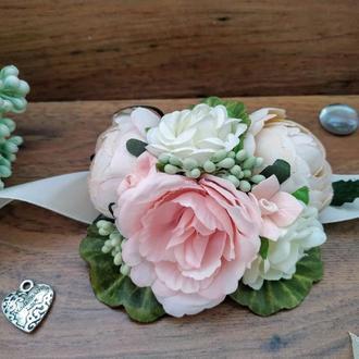 Бутоньерка на руку в кремово-розоом цвете Цветочный браслет для свидетельницы