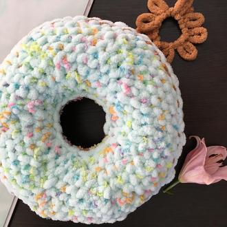Вязанная подушка пончик