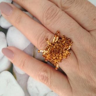 Кольцо с золотистыми тычинками.