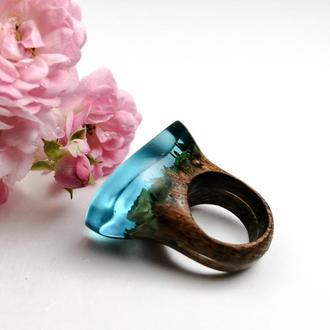 """Подарок девушке - стильное деревянное кольцо (р. 16 -16,3), композиция""""террариум"""" в ювелирной смоле"""