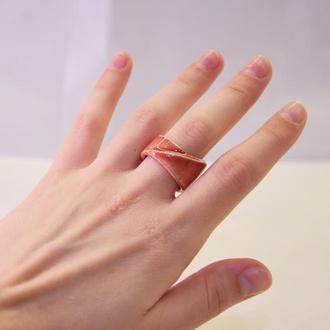 Красное керамическое кольцо