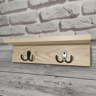 Деревянная настенная вешалка с крючками и полочкой