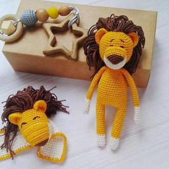 Подарочный набор для малыша: держатель для пустышки, погремушка на ручку, мягкая игрушка Лев
