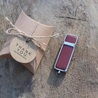 Флешка зі шкіри Червона звичайна на 32Gb (2.0) з лазерним гравіюванням + ПОДАРУНОК коробка пиріжок