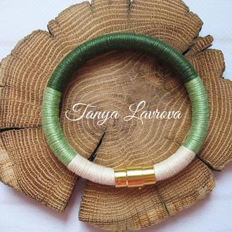 Трёхцветный браслет-жгут в зелёно-молочных тонах.