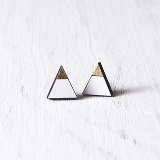 Бело золотые сережки гвоздики, серьги треугольники
