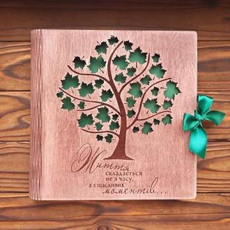 Фотоальбом из дерева с кленовыми листами