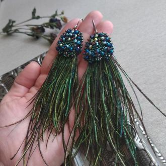 Длинные серьги из бусин и перьев павлина