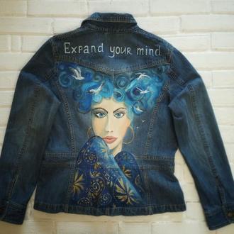 Джинсовая куртка с арт-девушкой