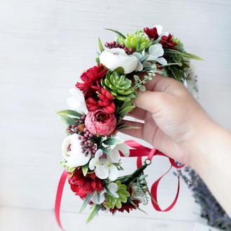Пишний вінок з квітами в  червоно-білому кольорі.