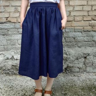 Темно синяя классическая пышная льняная миди юбка в сборку, со складками лён, на резинке