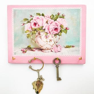 Настенная ключница-органайзер в технике декупаж с букетом роз. Розовая