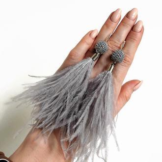 Длинные серые серьги с перьями страуса и бисерными бусинами