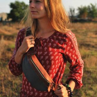 Коричневая (рыжая) кожаная поясная сумка бананка с росписью или персонализацией.