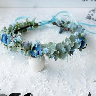 Вінок з квітами в  голубому кольорі.