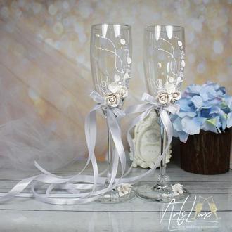 Свадебные бокалы с белыми розами,  и жемчужинами