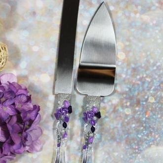 Свадебные лопатка и нож для торта с цветами и жумчугом в фиолетовом цвете