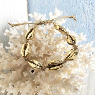Бежевый браслет из ракушек Каури золотого цвета