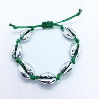Зеленый браслет из ракушек Каури серебристого цвета