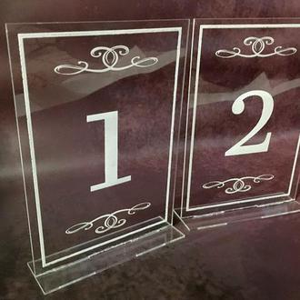 Акриловые номерки на стол на подставке с гравировкой 13х18 см